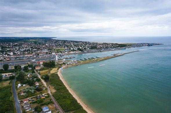 Ouistreham Riva-Bella et sa plage vus du ciel